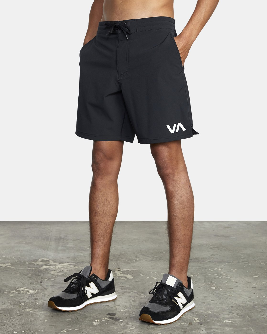 "3 TRAIN II  19"" SHORT Black V2143RTS RVCA"
